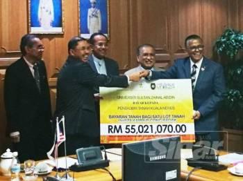 Naib Canselor UniSZA, Prof Datuk Dr Hassan Basri Awang Mat Dahan (dua dari kanan) menyerahkan replika cek kepada Setiausaha Kerajaan Negeri Terengganu, Datuk A Rahman Yahya sambil disaksikan Dr Ahmad Samsuri di Wisma Darul Iman, hari ini.