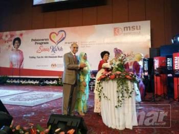 Dr Siti Hasmah (tiga,kiri) membuat pelancaran Program Sinar Kasih di MSU Shah Alam.