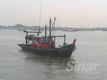 Salah satu bot tempatan yang menggunakan pekerja asing tanpa permit ditahan dalam Ops Ehsan di perairan Jeram, awal pagi tadi.