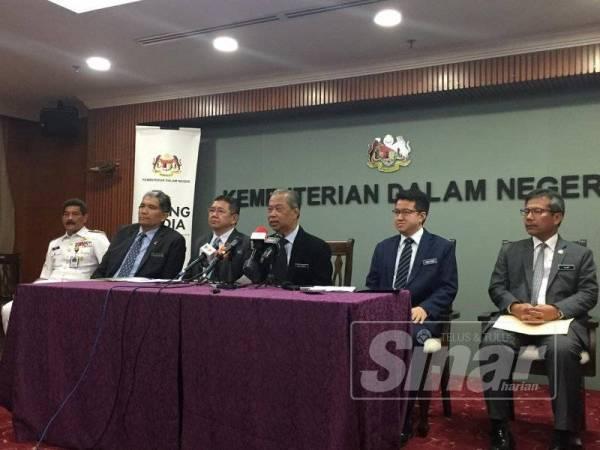 Muhyiddin (tengah) pada sidang media di selepas mesyuarat Kabinet, di sini hari ini. -Foto Sinar Harian