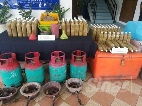 Antara rampasan  barang dan air ketum susulan serbuan di sebuah rumah di Petaling Jaya, Isnin lalu.