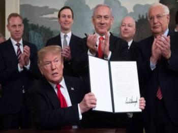 Presiden Trump selesai menandatangani deklarasi mengiktiraf Bukit Golan sebagai milik Israel pada 25 Mac lalu di Rumah Putih sambil diperhatikan Perdana Menteri Benjamin Netanyahu. - Foto AFP