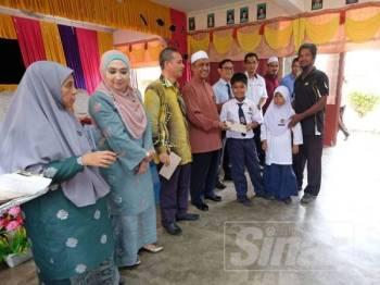 Ridzuan menyempurnakan majlis penyerahan agihan zakat Bank Rakyat kepada pelajar di SK Kesom.