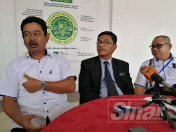 Shafie (kiri), Zainuddin (tengah) dan Penyelia Kanan Jabatan Pendidikan Johor, Azman Ansar pada sidang media, hari ini.