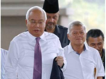 Najib (kiri) tiba di Kompleks Mahkamah Kuala Lumpur hari ini bagi perbicaraan kes yang dihadapinya membabitkan dana SRC International Sdn Bhd berjumlah RM42 juta. Foto: Bernama