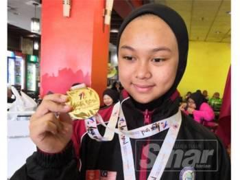 Nur Ainul Safia bersama pingat emas yang dimenanginya di Jepun.