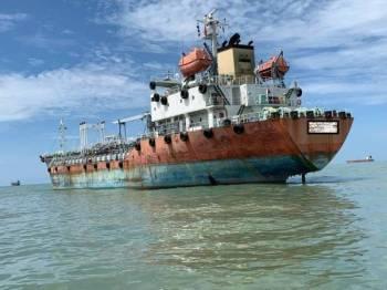 Kapal tangki tersebut yang ditahan di kedudukan lebih kurang 3.5 batu nautika tenggara Tanjung Penyusup, semalam.