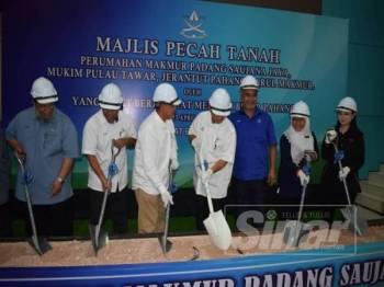 Wan Rsody (tengah) melakukan gimik perasmian  Majlis Pecah Tanah Tapak Rumah Makmur Padang Saujana, Pulau Tawar, kelmarin.