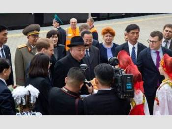Ketibaan Kim Jong-un disambut pegawai Rusia sebelum dijadual bertemu Presiden Vladimir Putin hari ini. - Foto Al - Jazeera