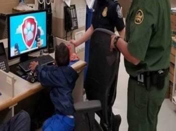 Seorang kanak-kanak imigran berusia tiga tahun yang ditinggalkan berseorangan di sebuah ladang jagung ditemukan ejen kastam AS. - Foto Washington Post