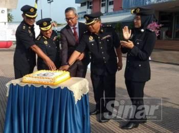 Mohd Zawawi (tengah) bersama pegawai kanan JPJ Perak memotong kek sempena Sambutan Hari JPJ Malaysia ke-73 Peringkat Negeri Perak di Dataran Setia JPJ Perak, di sini, hari ini.