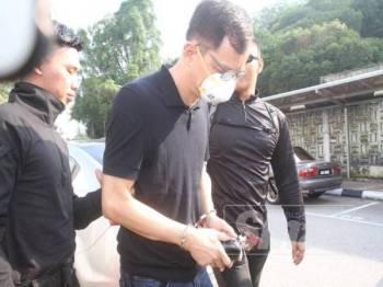 Tertuduh, Sim Wei Der dihadapkan ke mahkamah sesyen di sini hari ini atas pertuduhan bersubahat melupuskan sida buangan terjadual ke dalam Sungai Kim Kim, Mac lalu.