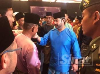 Tunku Ismail bersalaman dengan hadirin yang hadir pada majlis berkenaan.
