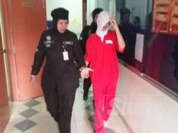 Noorrokiah (kanan) mengaku tidak bersalah Mahkamah Majistret Taiping hari ini atas pertuduhan penipuan pembelian 200 kilogram ikan bilis, tahun lalu.