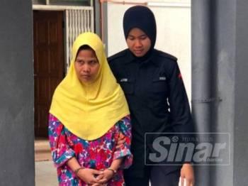 Mahazam Ab Razak,40, (kiri) dikawal polis keluar dari Mahkamah Sesyen Kota Bharu hari ini selepas mendapat perintah supaya ditahan di Hospital Bahagia Tanjung Rambutan, Perak.