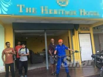 Anggota APM berjaya menangkap ular sawa yang memasuki sebuah hotel di Taman Melaka Raya di sini, semalam.