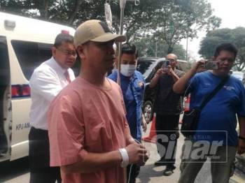 Jamal tiba ke mahkamah dengan van hospital kerana masih dalam rawatan akibat demam campak.