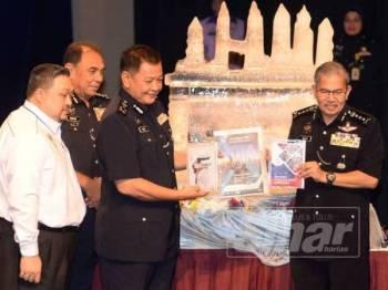 Abdul Hamid (dua, kanan) merasmikan Seminar Hentikan Keganasan Terhadap Wanita dan Kanak-Kanak serta Pelancaran Buku Pencegahan Jenayah di Dewan Bandaraya Kuala Lumpur (DBKL), hari ini.