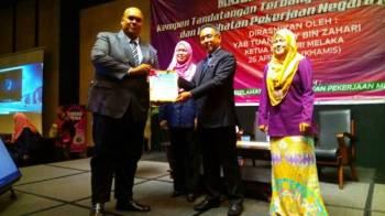Adly (dua dari kanan) dan diperhatikan Rabayah (dua dari kiri) ketika menyampaikan sijil kepada wakil syarikat yang hadir pada pelancaran kempen itu.