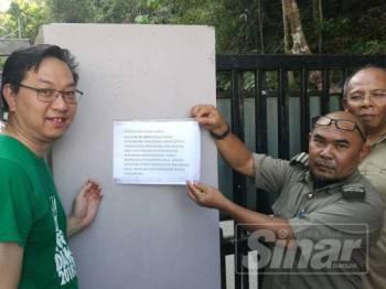 Jimmy Puah ( dua dari kiri) melihat notis berkenaan permit kemasukan Hutan Lipur Gunung Pulai 1 melebihi aras 1 ditanggalkan oleh Nazib (dua dari kanan).