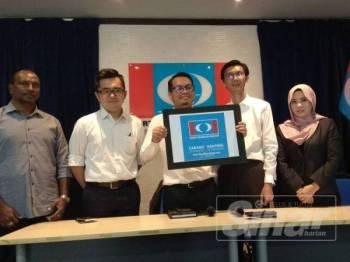 Nik Nazmi (tengah) bersama Ahli Jawatan Kuasa Penubuhan Ranting bagi penggal 2018/2021 menunjukkan penyelarasan papan tanda dan logo Ranting yang baharu.