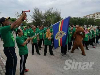 Muhammad (kanan) bersama timbalannya, Nazili Kadir melepaskan peserta Larian Green Day di pekarangan Ibu Pejabat JPJ Negeri di Indera Mahkota di sini, hari ini.