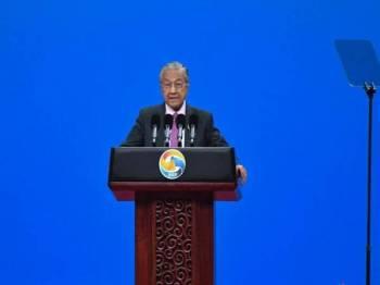 Perdana Menteri Tun Dr Mahathir Mohamad menyampaikan ucapan pada majlis pembukaan Forum Jalur dan Laluan bagi Kerjasama Antarabangsa Kedua yang berlangsung hari ini dan esok di Pusat Konvensyen Kebangsaan China. - Foto Bernama