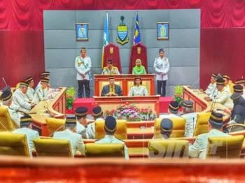 Abdul Rahman sedang menyampaikan ucapan perasmian DUN di Dewan Sri Pinang hari ini.