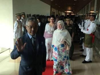 Pasangan diraja itu yang menaiki pesawat khas, berlepas dari Lapangan Terbang Antarabangsa Kuching - Foto Bernama