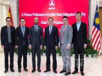 Mukhriz (tiga dari kiri) bersama pengurusan tertinggi Sany Group di Beijing.