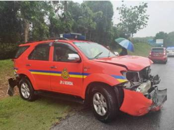Sebuah kenderaan pacuan empat roda milik Jabatan Pengangkutan Jalan (JPJ) terbabas dan melanggar penghadang jalan di Kilometer 217.8 Lebuhraya Utara Selatan (PLUS) arah utara berhampiran Simpang Ampat, di sini, pagi tadi.