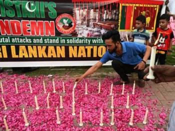 Penduduk menyalakan lilin sebagai tanda memperingati mangsa serangan berdarah di Sri Lanka pada Ahad lalu.