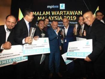 Menteri Pendidikan, Dr Maszlee Malik beramah mesra bersama pemenang Hadiah Kewartawanan Malaysia MPI PETRONAS 2018 (HKM 2018) sempena Malam Wartawan Malaysia (MWM) 2019 di sini malam ini. - Foto Sinar Harian/Zahid Izzani