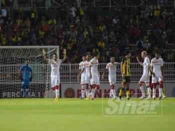 Sandro (dua kiri) menjaringkan gol selangor pada minit ke-18 sebelum disamakan Baddrol pada minit ke-40.- Foto:AHMAD ZAKI OSMAN