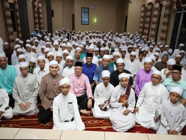 Najib bersama sebahagian pemimpin UMNO dan Pas Kedah, bergambar dengan pelajar tahfiz dalam program beramah mesra sebelum program ceramah perpaduan. (Gambar: Facebook Najib Razak)