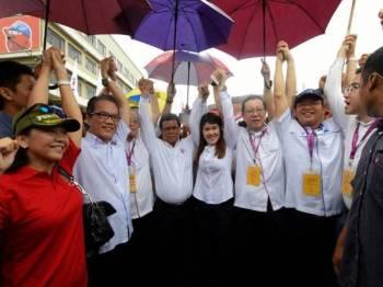 Calon DAP Vivian Wong Shir Yee (tengah) bersama Ketua Menteri Sabah Datuk Seri Shafie Apdal (empat, kiri) dan Setiausaha Agung DAP Lim Guang Eng (empat, kanan) berarak ke Pusat Penamaan Calon Pilihan Raya Kecil Parlimen P198 Sandakan di Dewan Aktiviti SMJK Tiong Hua hari ini. - Foto Bernama