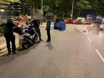 Polis menahan pemandu Grab kerana gagal memberikan kerjasama susulan kejadian yang menyebabkan kemalangan seorang anggota polis wanita di Jalan Changkat, Kuala Lumpur, tengah malam tadi.