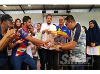 Hasnul Zulkarnain (tengah) menyempurnakan gimik perasmian program Sketsa Rukun Negara Kelab Malaysiaku Peringkat Negeri Perak dengan melepaskan burung merpati di pavilion Zoo Taiping, hari ini.