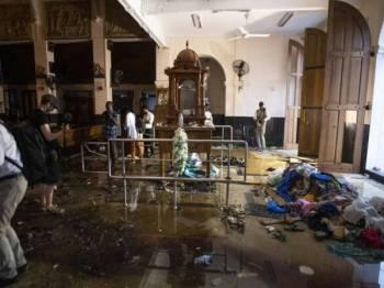 Wartawan mengambil gambar dalam Gereja St. Anthony di Colombo yang menjadi antara lokasi sasaran siri pengeboman yang mengorbankan lebih 250 nyawa pada 21 April lalu. - Foto AFP