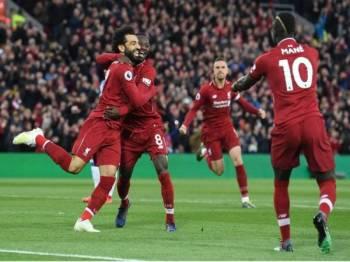 Salah diraikan rakan sepasukan selepas meledak dua gol untuk membantu Liverpool belasah Huddersfield Town 5-0.
