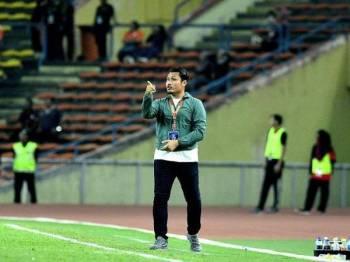 Mohd Nidzam memberikan arahan kepada anak buahnya. Foto Izahar Atan