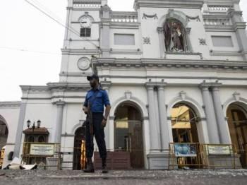 Seorang anggota tentera berkawal di Gereja St. Anthony di Colombo ekoran siri pengeboman yang meragut lebih 250 nyawa pada Ahad lalu. - Foto AFP