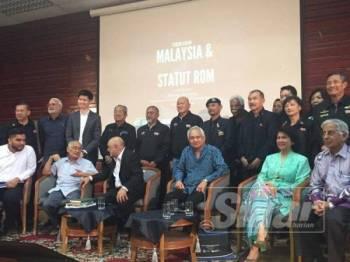 Tommy (tiga dari kanan) ketika berucap pada Forum Awam Malaysia dan Statut Rom di Fakulti Undang-undang Universiti Malaya (UM) di Kuala Lumpur hari ini. – Foto Sinar Harian