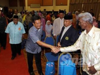 Norol Azali bersalaman dengan pesara kerajaan pada Mesyuarat Agung Perwakilan Tahunan Kali Ke-25 Persatuan Pesara Kerajaan Malaysia Bahagian Negeri Pahang di Wisma Belia, di sini hari ini.
