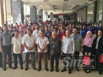 Hussamuddin bersama warga UMK dan penuntut dari pelbagai universiti yang menjayakan Unipreneur Fest, semalam.