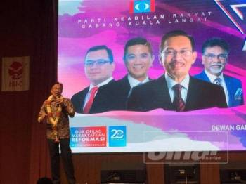 Anwar berucap pada Majlis Makan Malam Amal anjuran PKR Cabang Kuala Langat di Dewan Gan Yan Sun, SJKC Jenjarom, malam tadi.