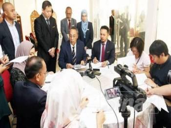 Mohamad Yasid (duduk, kiri) pada sidang media selepas Mesyuarat Bulanan MPK, hari ini. Turut hadir, Setiausaha MPK, Adi Faizal Ahmad Tarmizi (duduk, kanan).