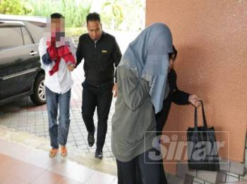 Pasangan suami isteri ini dibawa ke Komplek Mahkamah Kuala Terengganu bagi mendapatkan perintah tahanan reman hari ini
