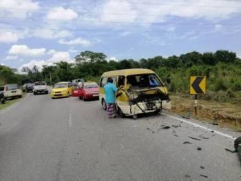 Van yang bertembung dengan motosikal dua pelajar terbabit di Kusial Bharu- Gual Ipoh di sini petang tadi.