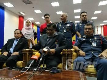 Dr Salehudden (duduk, tengah) pada sidang media di Ibu Pejabat JBPM Johor, hari ini.